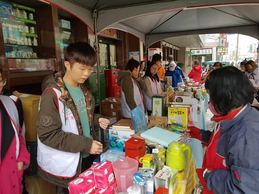 北台南家扶與台南郵局合作舉辦義賣籌措助學金,長期接受幫助的大學生葉盛暘(左一)也到現場參與活動。(莊曜聰攝)