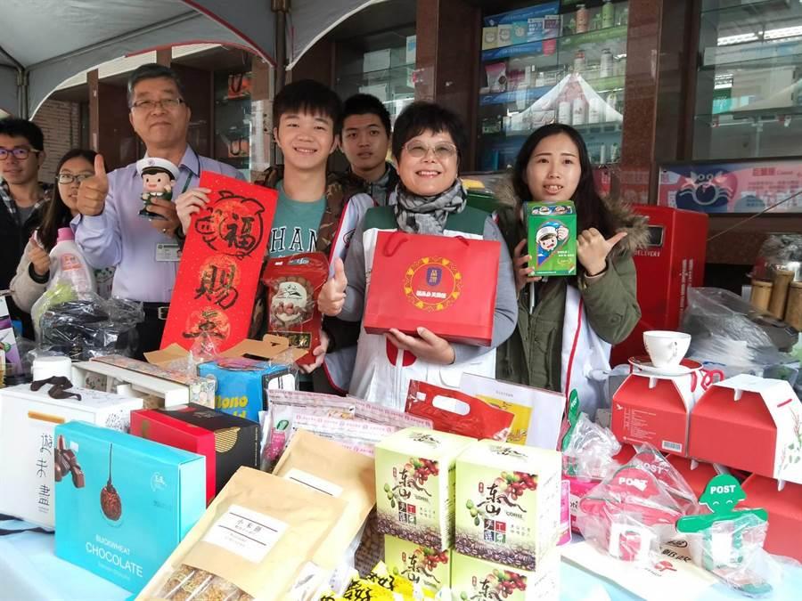 北台南家扶與台南郵局合作舉辦義賣籌措助學金,2天14場義賣希望能募得至少20萬經費助學。(莊曜聰攝)