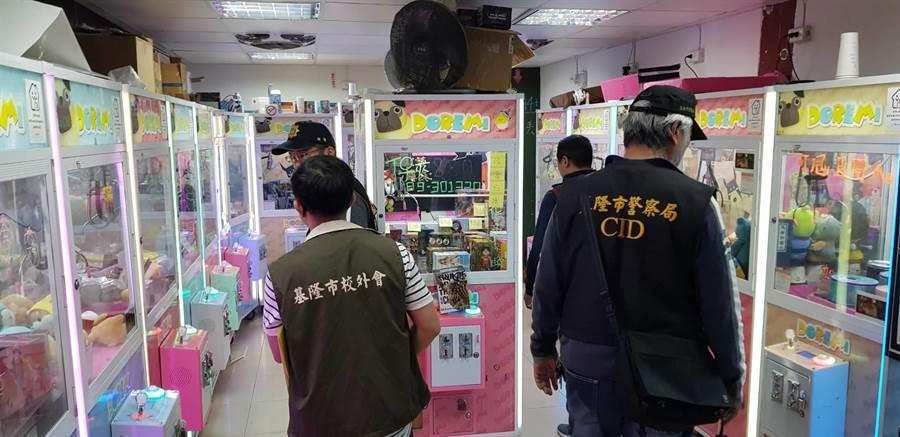 少年警察隊於夾娃娃機店巡邏,勸導青少年早點回家。(游昊予翻攝)