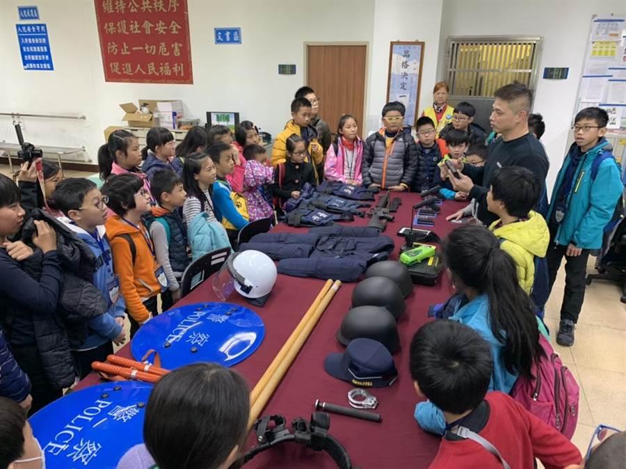 龍潭警方舉辦小小警察營,在寒假期間寓教於樂預防犯罪。(警方提供)