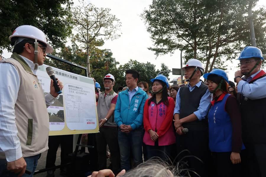 高雄市長韓國瑜(右3)視察路平施工情形並聽取簡報,韓國瑜表示,「人民要求一條平坦的路、否則人民不會給政治人物活路」。(中央社)