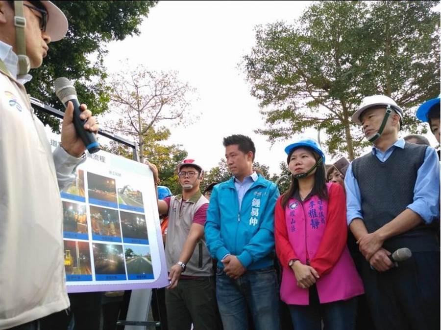 韓國瑜(右1)上任後21日首度視察路面改善工程,聽取高雄巿養工處簡報。(曹明正攝)