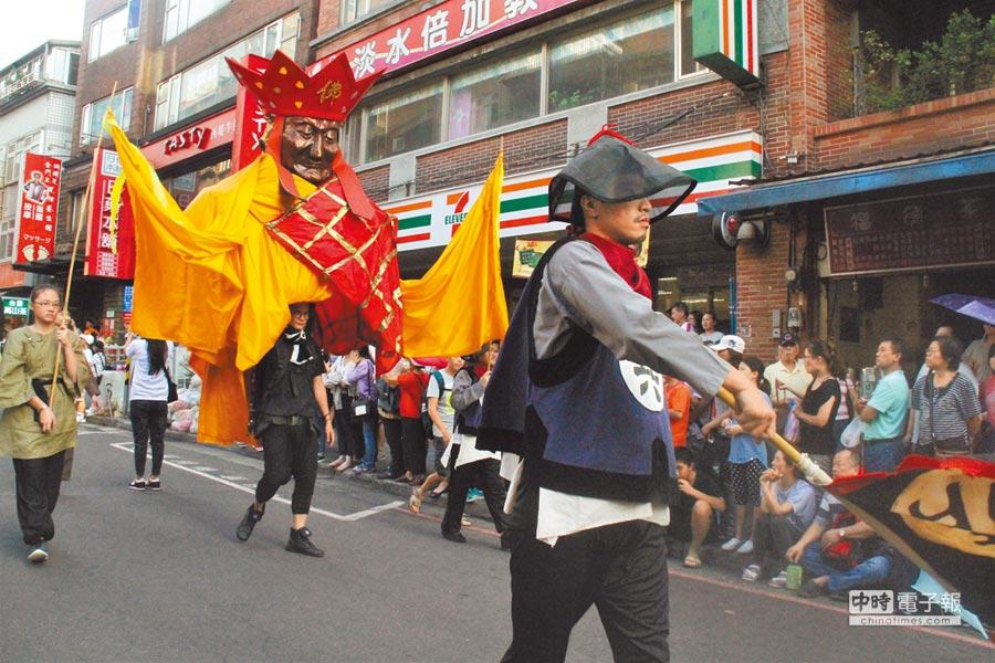 淡水環境藝術節每年號召國內外團體參加藝術踩街,展現壯觀多元的行動藝術,有「台版巴西嘉年華」之稱。