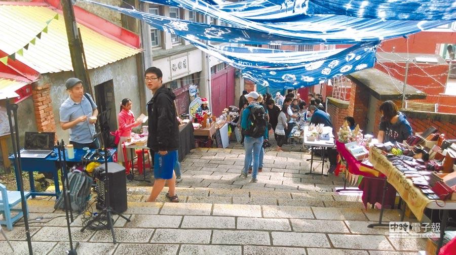 每個月第2個周末舉辦的「淡水重建街創意市集」,來自全台各地的攤友,將各種富有創意特色的雜貨及美食帶到這裡與訪客分享。(高彥哲翻攝)