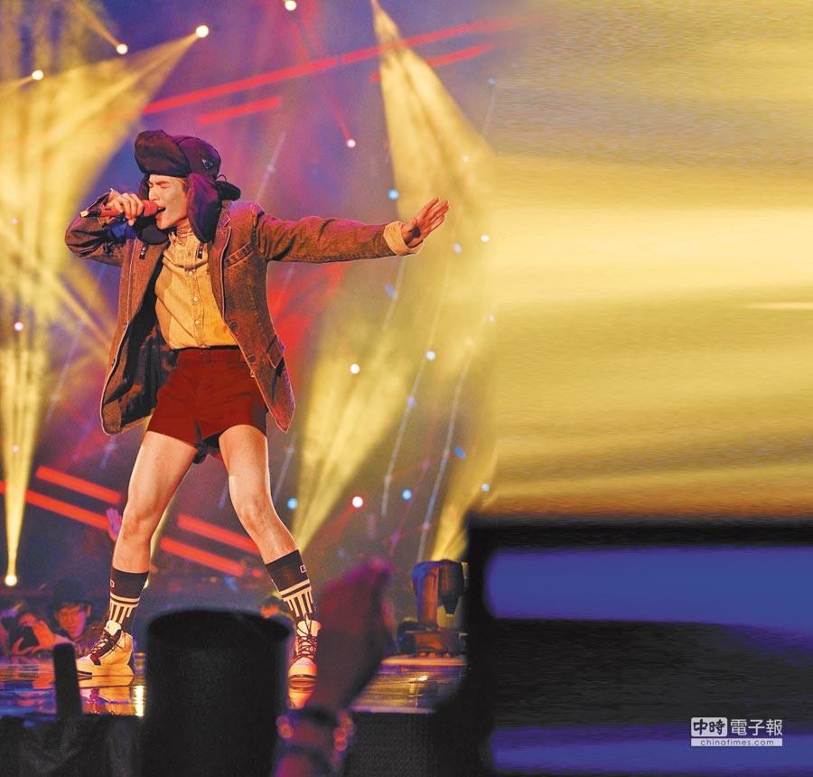 蕭敬騰以短褲造型展現專屬的舞台時尚魅力。