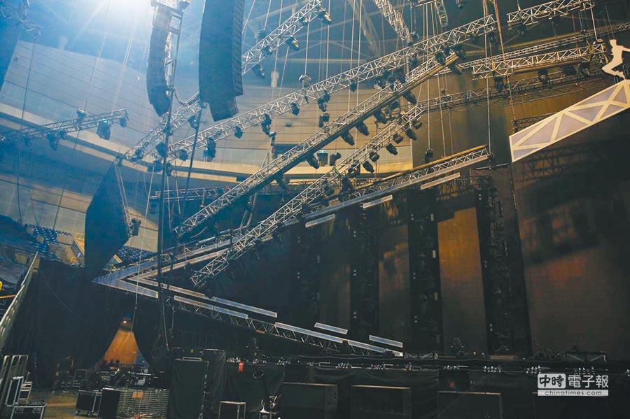 老蕭昨雄蛋演唱會舞台一側的LED大螢幕突然滑落,懸吊在半空中。
