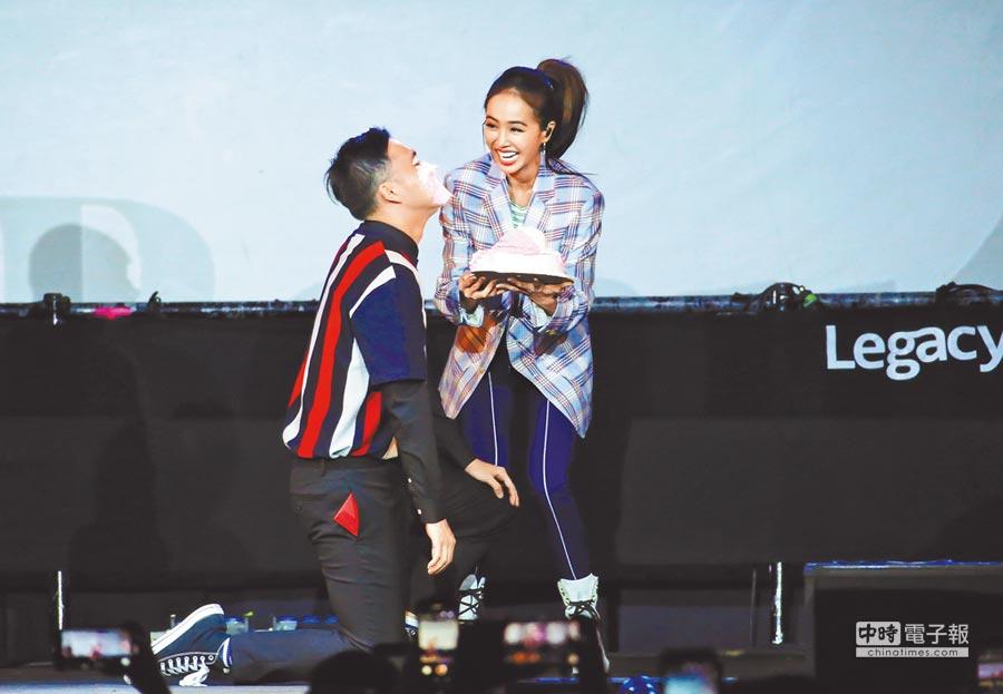 蔡依林(右)昨在台北舉辦簽名會,應粉絲請求砸蛋糕在他臉上。(羅永銘攝)