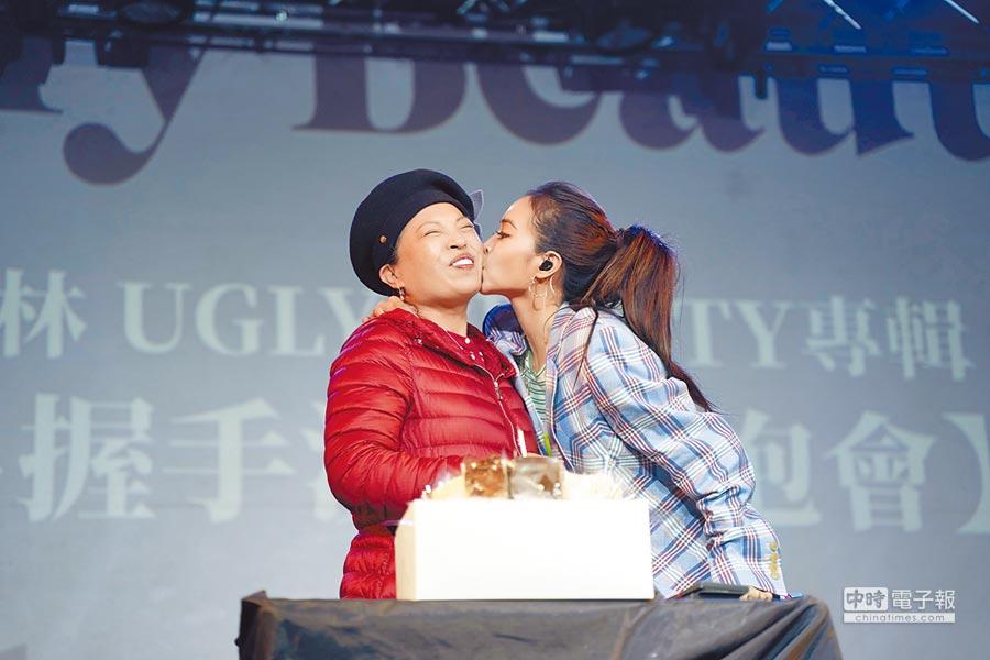 蔡依林(右)昨幫蔡媽媽慶生獻吻,大展母女好感情。