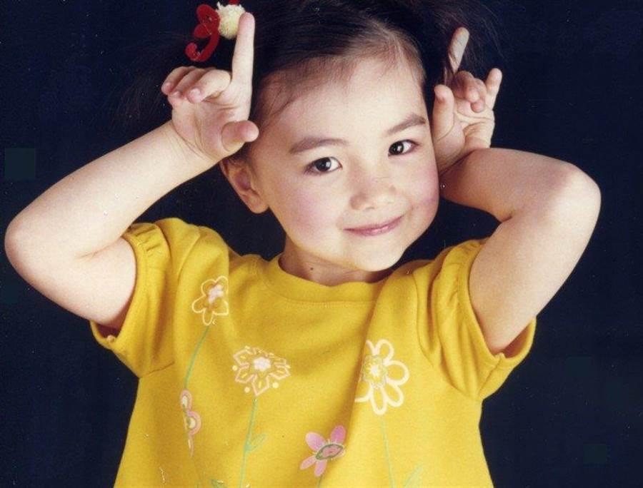 小時候的黑嘉嘉長得相當可愛。(圖/翻攝自黑嘉嘉臉書)