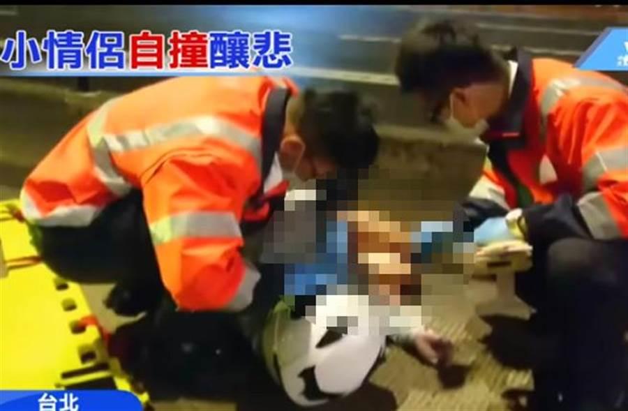 貪快闖公車道情侶撞分隔島1死1重傷。(擷自中天新聞)