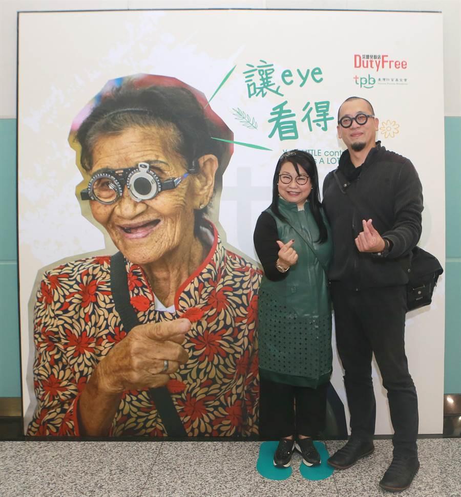 透過攝影師郭政彰的鏡頭,讓國內外旅客看到偏鄉醫療的影像;照片中也拍下醫師的眼睛、患者的眼睛,讓旅客用「心」感受最原始「靈魂之窗」的觸動。(陳麒全攝)