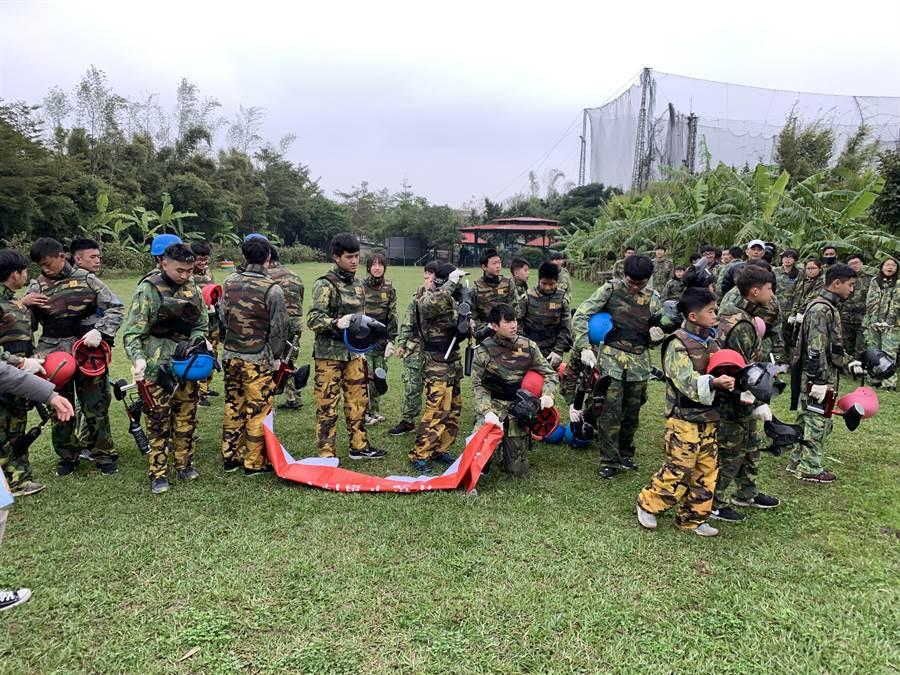 龍潭分局舉辦漆彈活動,讓學生們寓教於樂。(警方提供)
