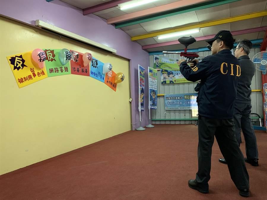 警方藉由漆彈遊戲休閒活動宣導反毒觀念。(警方提供)