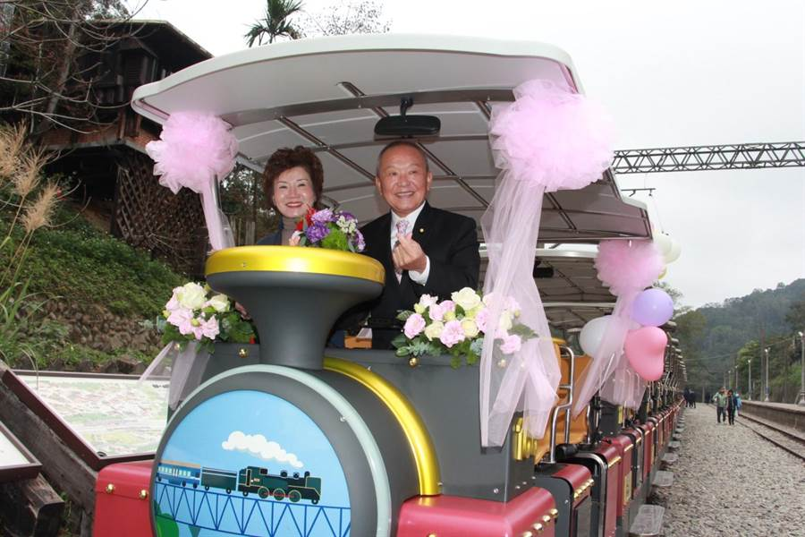 苗栗縣長徐耀昌與夫人蔡麗卿搭乘情人專屬鐵道自行車。(何冠嫻攝)