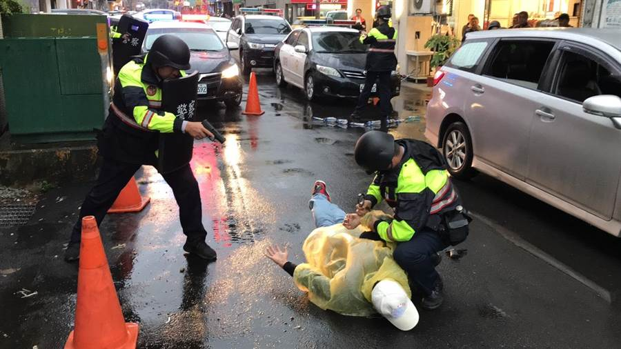 苗栗警分局落實防搶演練,加強金融機構行員與警方的應變處理能力。(何冠嫻翻攝)