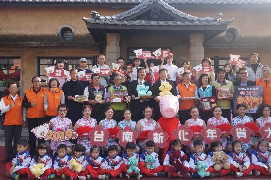 台南市府22日下午舉行新化年貨大街宣傳記者會,邀請在地10家業者端出美食與伴手禮,提前為年貨大街暖身宣傳。(李其樺攝)