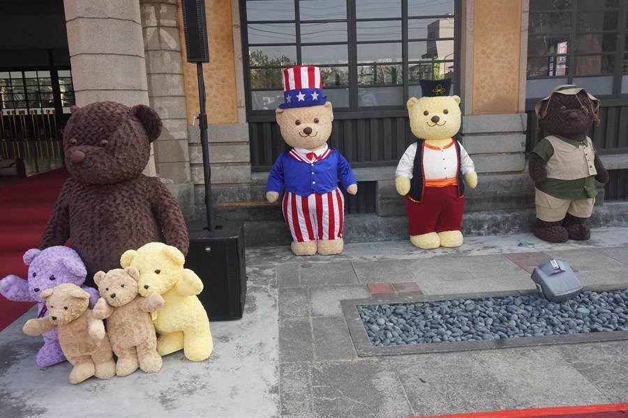 今年新化年貨大街將在大目降文化廣場布置穿著外國服飾的泰迪熊玩偶,提供遊客拍照打卡。(李其樺攝)