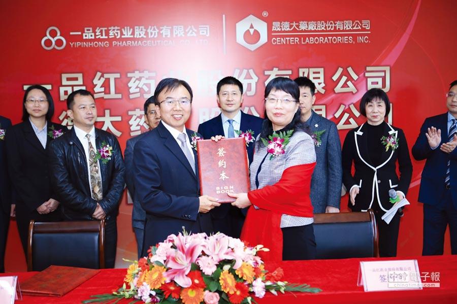 強強聯手!晟德總經理許瑞寶(左)與一品紅總經理顏稚宏簽訂合資成立品晟醫藥。圖/晟德提供