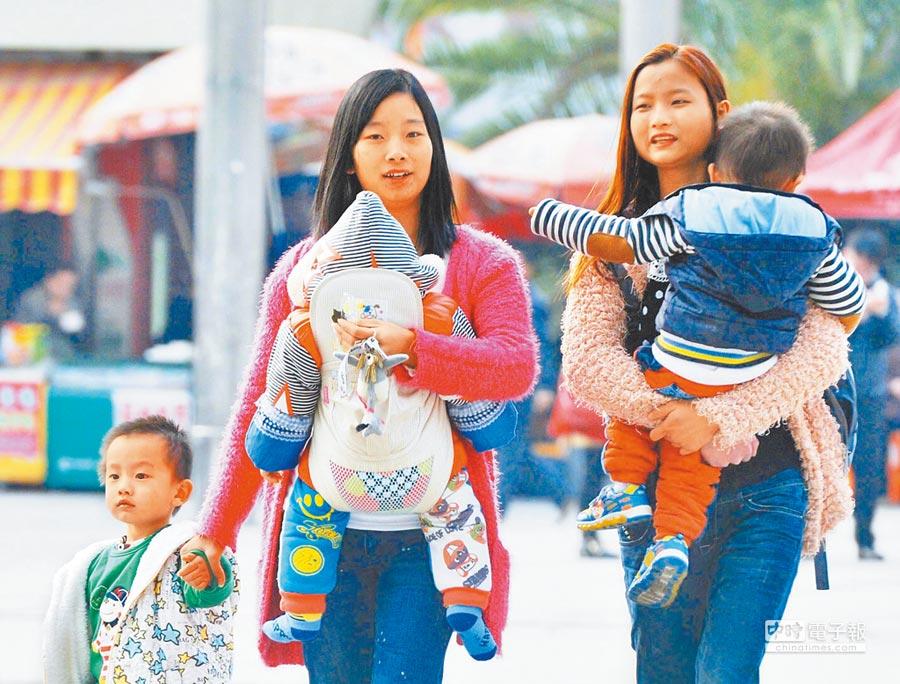 傳「 二孩大省山東生不動」,引發人口下降疑慮。圖為大陸民眾帶著小孩出門。(中新社資料照片)