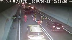 影》雪隧4車追撞12人送醫 車輛回堵5公里