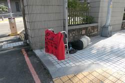 抗議司法不公!8旬翁台中騎車北上苗栗地院「靜躺」