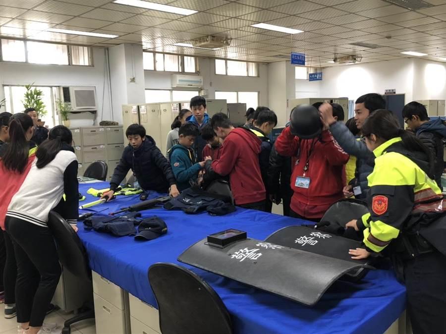 寒假青春專案,青少年朋友參訪警分局。(呂筱蟬攝)