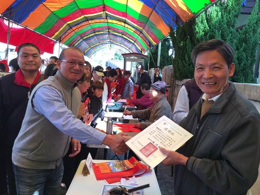 台中市議長張清照(左)致贈感謝狀給書法老師。(王文吉攝)