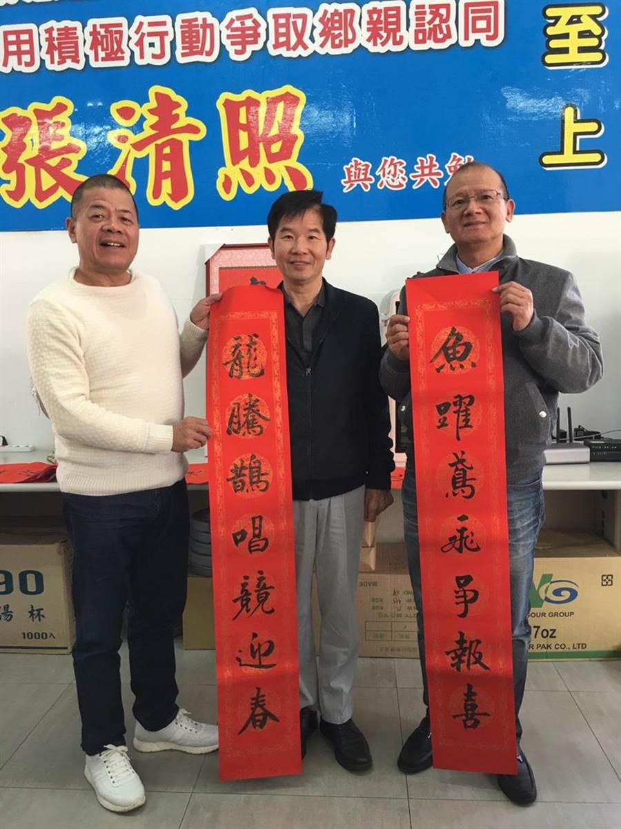台中市議長張清照(右)與前議長張清堂(左)持續舉辦揮毫送春聯活動。(王文吉攝)