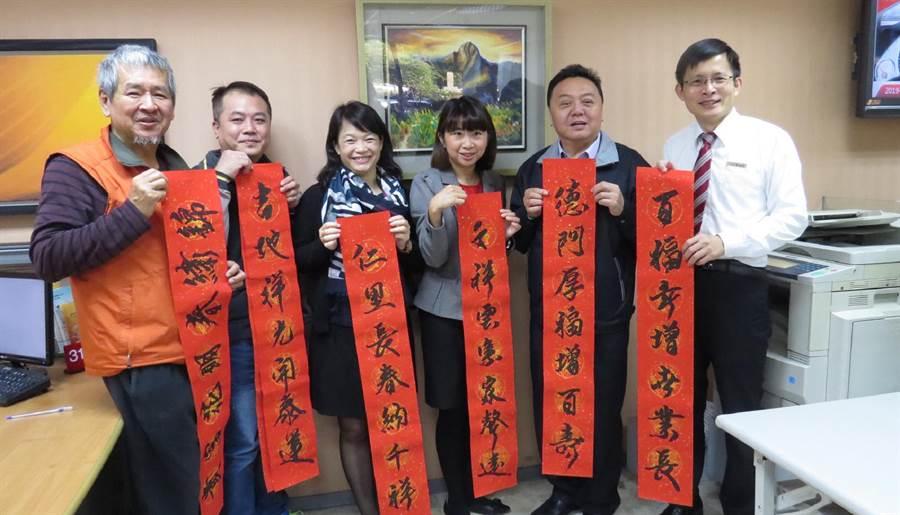 趙宗宋(左)應邀到台新銀行員林分行揮毫寫春聯,還提供畫作《玉山》展出。(鐘武達攝)