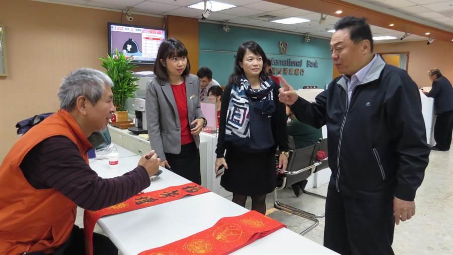 趙宗宋(左)應邀到台新銀行員林分行揮毫,市長游振雄特地到場索取春聯準備帶到韓國當國民外交禮物。(鐘武達攝)