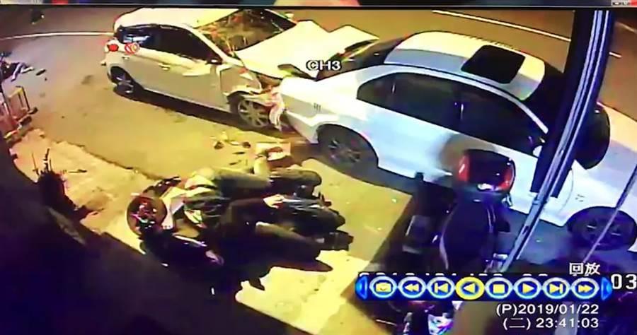 何姓駕駛,疑似恍神,衝撞4名路人、4輛機車、2輛汽車,當場造成3人受傷。(張妍溱翻攝)