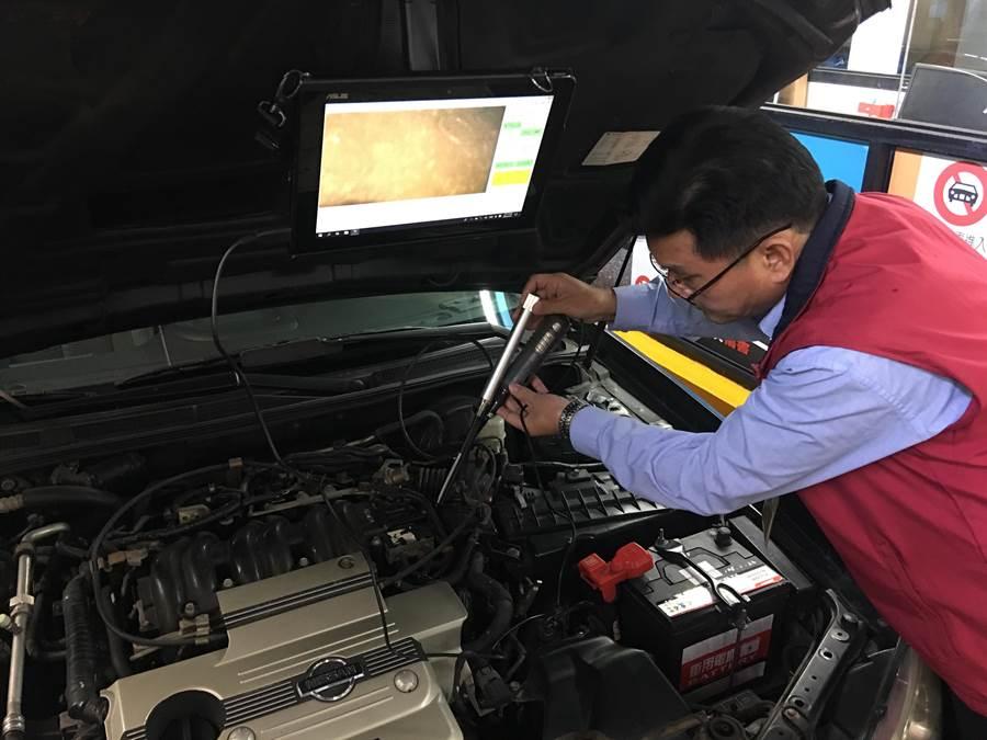 台北市區監理所人員在內視鏡鏡頭及光源輔助下,深入車身硬體結構查驗編號。(陳祐誠攝)
