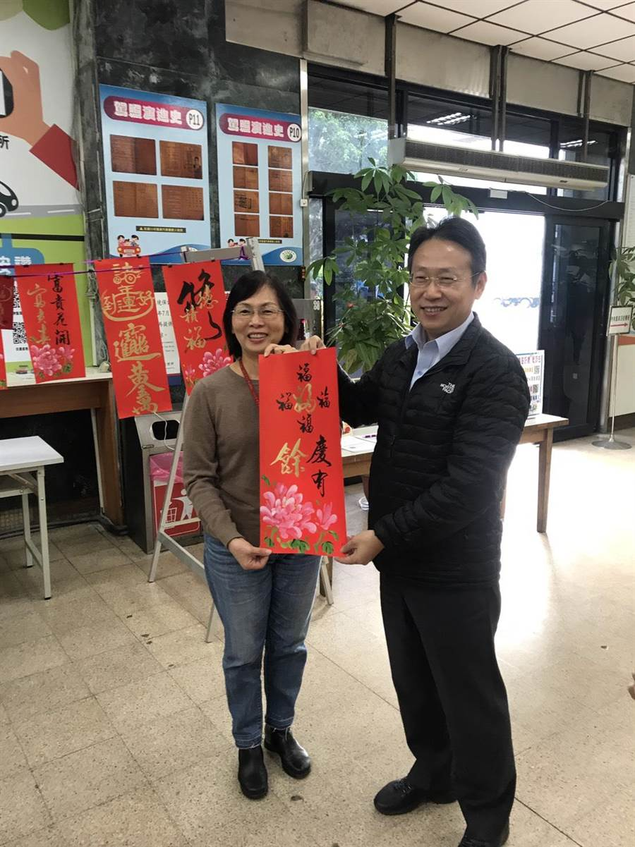 台北區監理所長王在莒致贈洽公民眾書畫名家春聯。(陳俊雄攝)