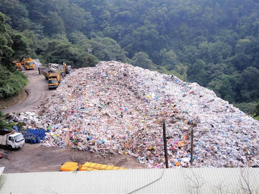 竹東垃圾掩埋場堆置垃圾約有4300噸,新竹縣已獲苗栗縣同意,自3月起由苗栗縣每日多代燒40噸垃圾,預計在8月清運在竹東堆置的垃圾。(邱立雅攝)