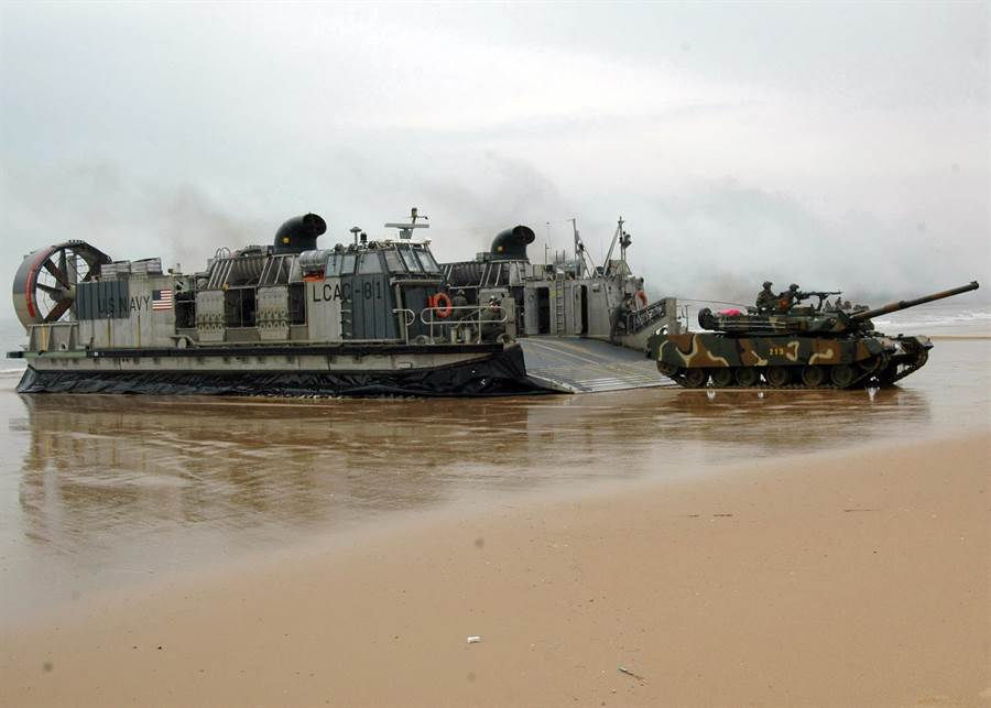 擁有巨大載荷的氣墊登陸艇可以對岸上登陸部隊運送重型坦克與重型機具,為現代兩棲登陸戰開闢新境界。(圖/美國海軍)