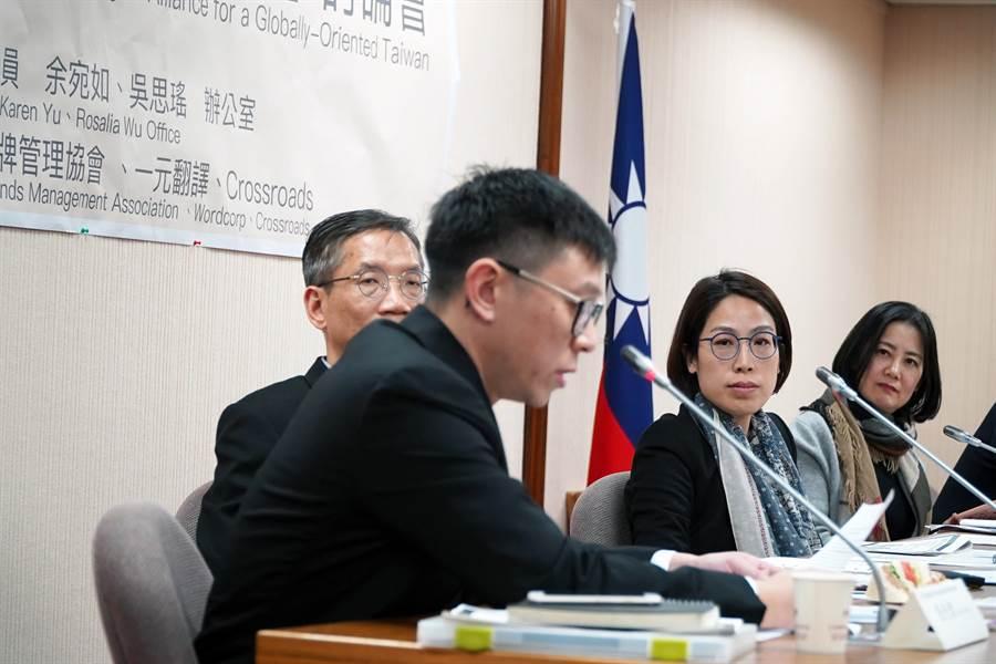 「國際化雙語國家聯盟」討論會拋出推動設立《英語社會促進法》的想法。(余宛如提供)