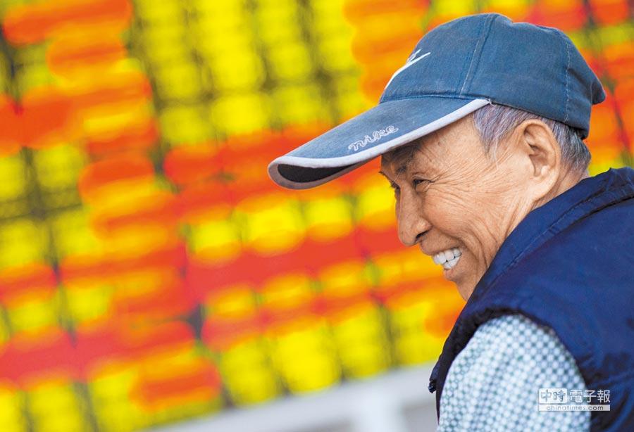 海口某證券交易大廳的股民笑開懷。(中新社資料照片)