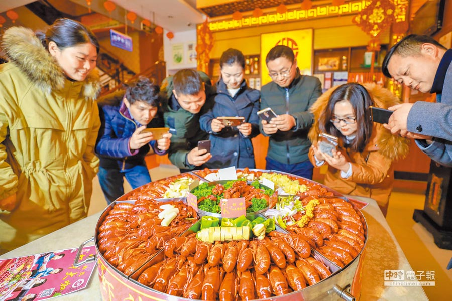 越來越多的人在春節期間選擇在外聚餐或旅遊,餐飲旅遊板塊無疑最受益。(新華社資料照片)