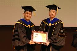 日月光董座張虔生獲中山大學頒發名譽博士