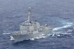 美海軍導彈驅逐艦與補給艦通過台灣海峽