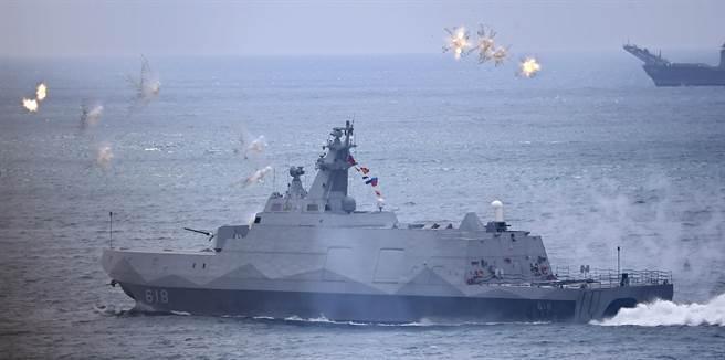2017年在澎湖舉行的漢光33號演習,實施三軍聯合反登陸作戰實兵、實彈操演,圖為海軍沱江級巡邏艦發射多枚T-MASS干擾彈。(圖/中時張鎧乙攝)