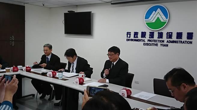 環保署今天舉行媒體座談會,由新任署長張子敬(左3)主持。(王思慧攝)