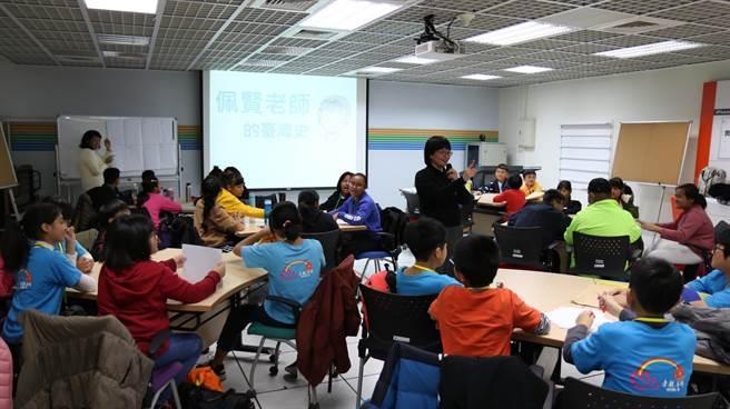 師大台史所許佩賢教授互動式教學引領學員認識臺灣史。
