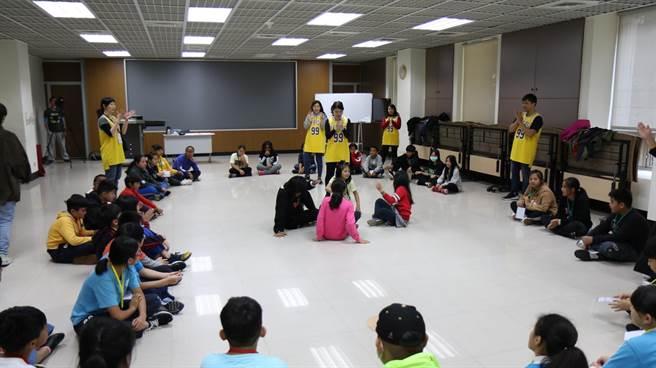 如果兒童劇團帶領學員認識戲劇表演。