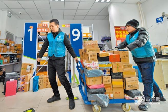 1月15日,春節臨近,多家電商平台推出促銷活動,山西太原市一家快遞驛站逐漸熱鬧了起來。 (新華社)