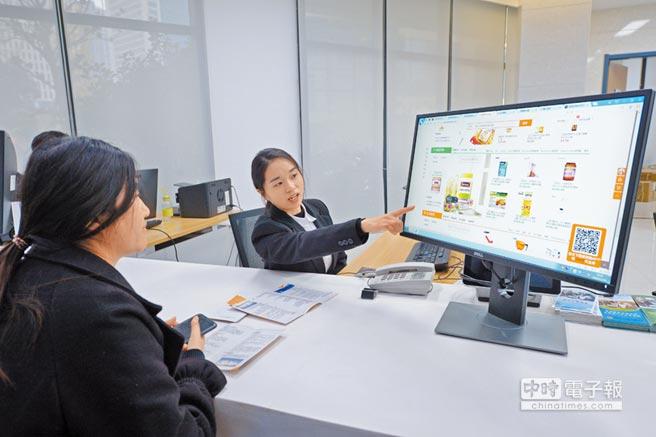 跨境電商模式在大陸全國被複製。圖2018年11月20日,在鄭州片區綜合服務中心,工作人員介紹商品和入駐商城流程。(新華社)