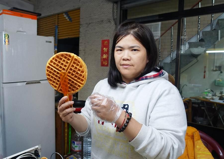 斑馬沃夫鬆餅攤老闆林宜芳曾任護理師10年,她的理念是做出好吃又天然健康的鬆餅。(周麗蘭攝)