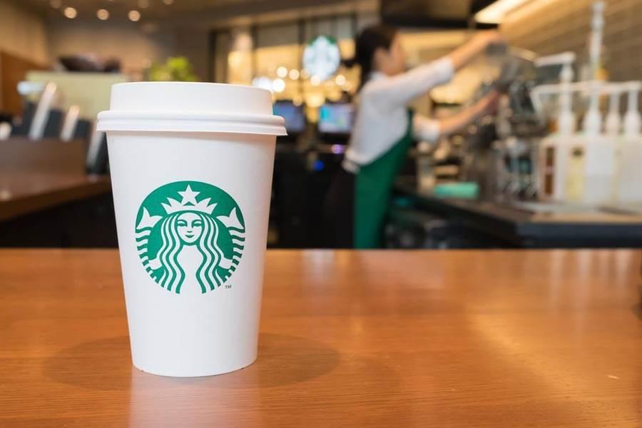 星巴克能成為全球最大咖啡連鎖店,除了成功塑造其品味的象徵,其實背後也有其獨特的行銷手法,讓顧客願意多掏錢,且不斷回店消費。(達志影像/shutterstock)