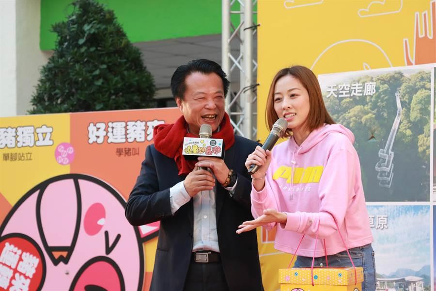 翁章梁在記者會上難得展現活潑的一面,跟夏語心互動「脫稿演出」逗得台下觀眾哈哈大笑。(張亦惠攝)