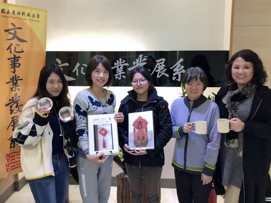 國立臺北科大文化事業發展系學生展現創意,將傳統春聯結合香包,編織成「吉祥豬春聯香包吊飾」。(北科大提供)
